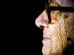 Eine alte Frau mit vielen Falten