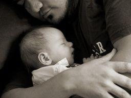 Ein Vater hält sein Baby in den Armen