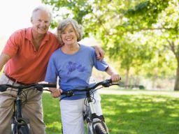 Älteres Pärchen auf Fahrrädern