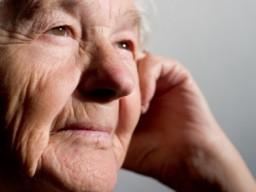 Ältere Frau lächelnd und nachdenkend