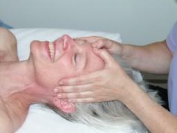 Eine ältere Frau genießt eine Massage