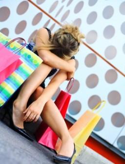 Frau mit vielen Einkaufstaschen