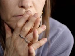 Eine besorgte Frau während der Menopause