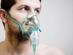 Ein junger Mann mit einer Sauerstoffmaske