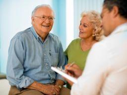 Älteres Ehepaar zum Gespräch beim Arzt
