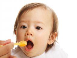Ein Baby wird gefüttert