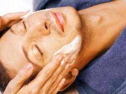 Mann erhält Gesichtsmassage mit Creme