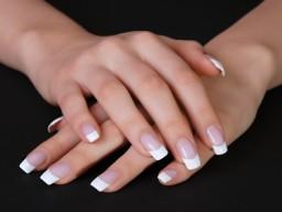 Hände mit künstlichen Fingernägeln