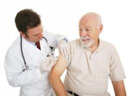 Älterer Mann lässt sich impfen