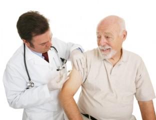 Alter Mann wird geimpft