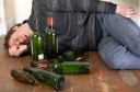 Betrunkener Mann liegt auf dem Boden