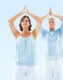 Reifes Paar in Yoga-Position