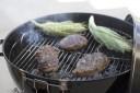 Auf Holzkohle zu grillen, kann eine gesunde und fettarme Art der ...